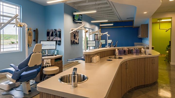 Интерьер стоматологического кабинета с яркими стенами
