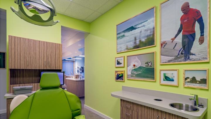 Ярко-зелёный цвет стен в интерьере стоматологического кабинета