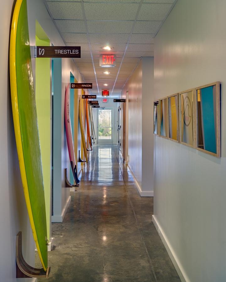 Доски для сёрфинга в интерьере стоматологической клиники