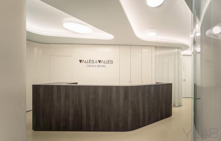 Интерьер стоматологической клиники: плавные линии в оформлении клиники