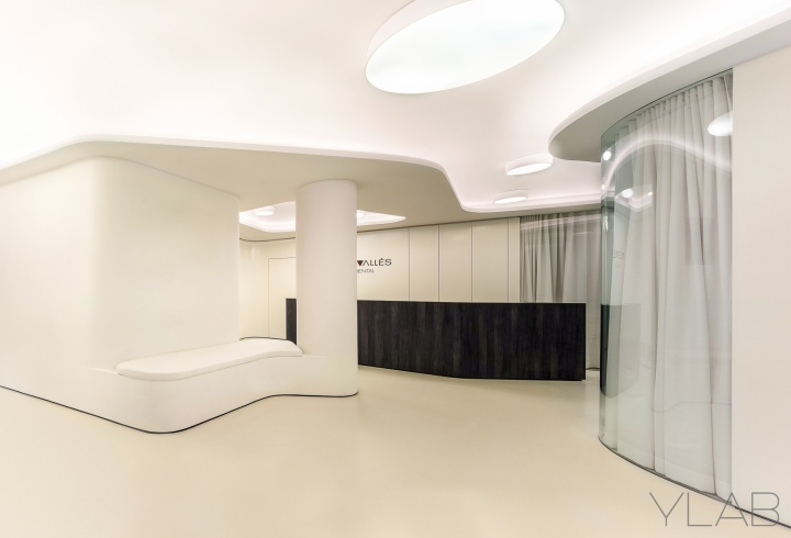 Интерьер стоматологической клиники: стойка ресепшена в тёмных тонах