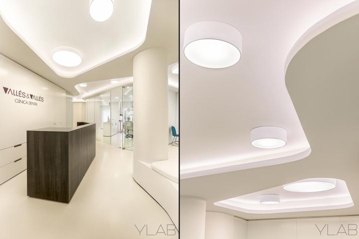 Интерьер стоматологической клиники: слева – стойка, справа – интересный потолок