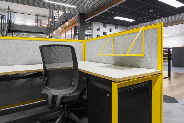 Интерьер строительного офиса: рабочий стол
