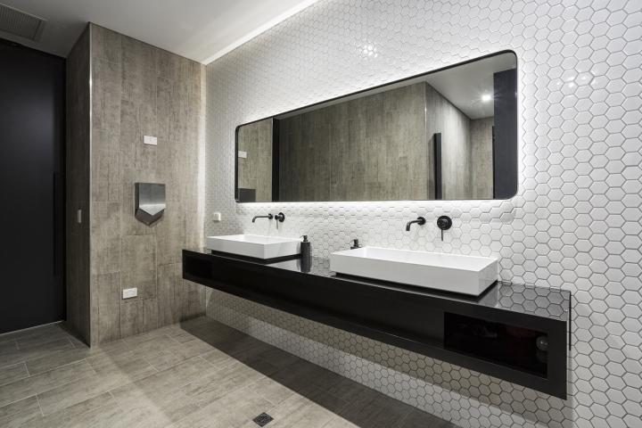 Интерьер строительного офиса: футуристичная плитка в туалете