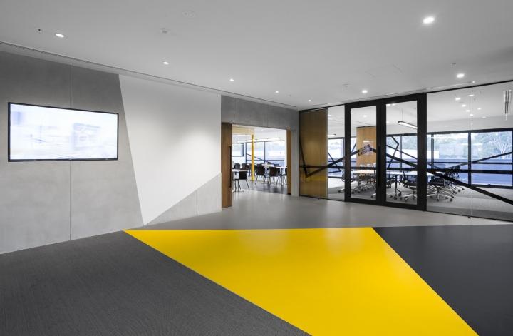 Интерьер строительного офиса: вход в рабочую зону