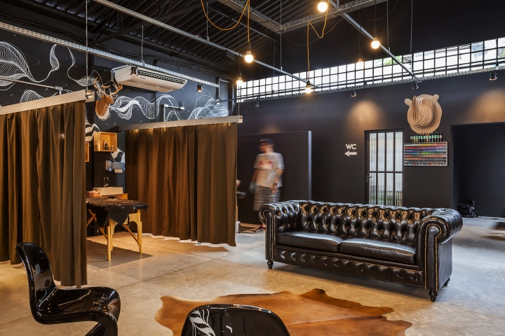 Интерьер тату-салона: чёрная мебель