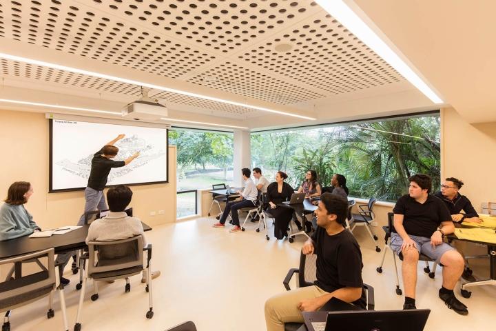 Интерьер университета: многофункциональные аудитории