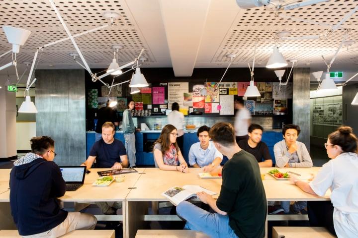 Интерьер университета: пространство для общения, питания и работы