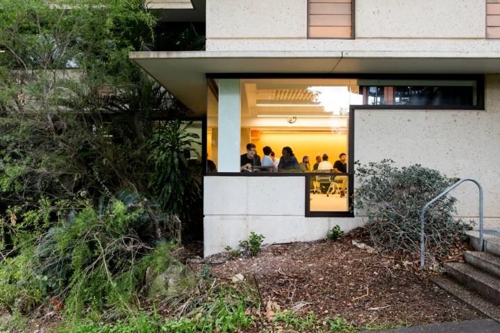 Интерьер университета: вид на здание снаружи