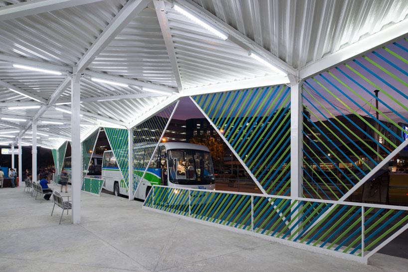Белый потолок в интерьере вокзала