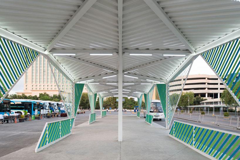 Геометрическая белая крыша в интерьере вокзала - Фото 1