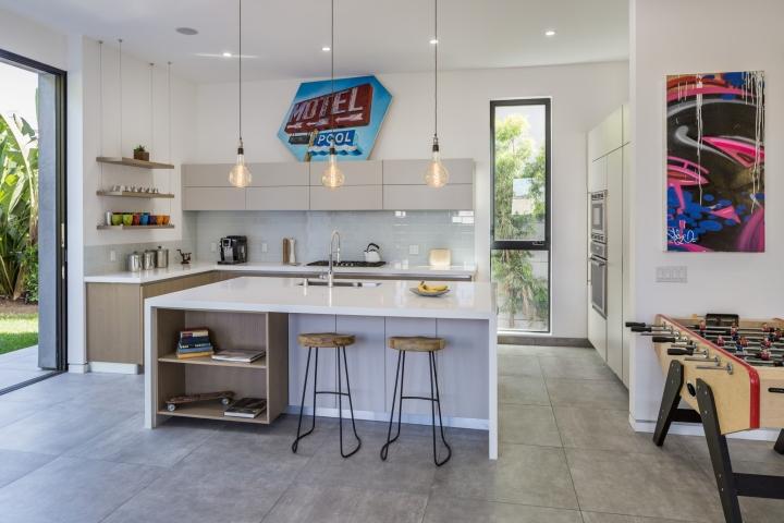 Интерьер временного офиса: светлая кухонная зона