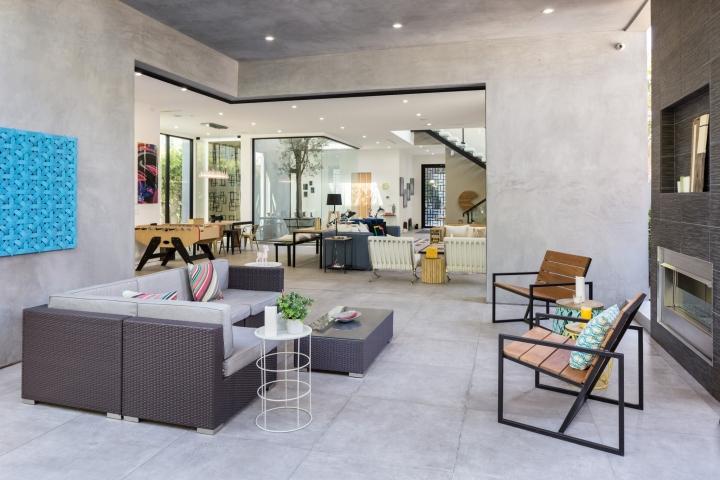 Интерьер временного офиса: минималистичное помещение с камином