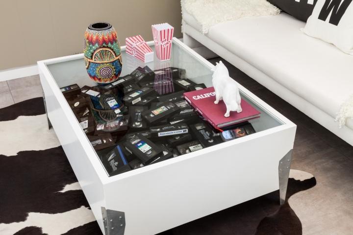 Интерьер временного офиса: декор  прозрачного стола касетами