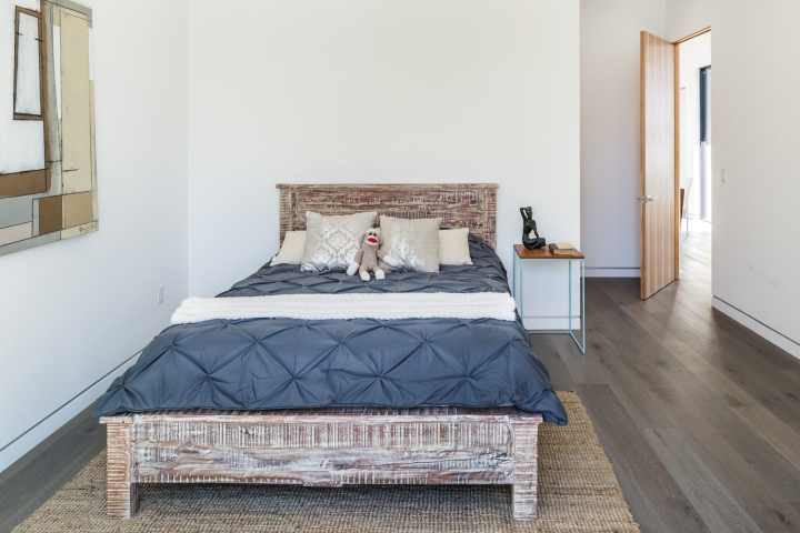 Интерьер временного офиса: минималистичная спальная комната