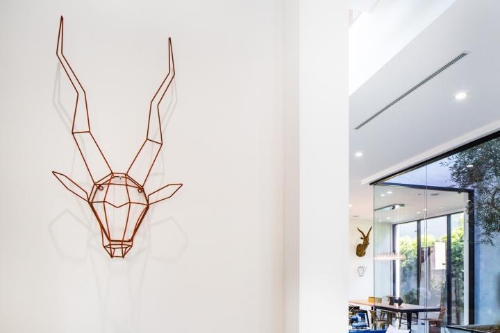 Интерьер временного офиса: силуэт с рогами висит на стене