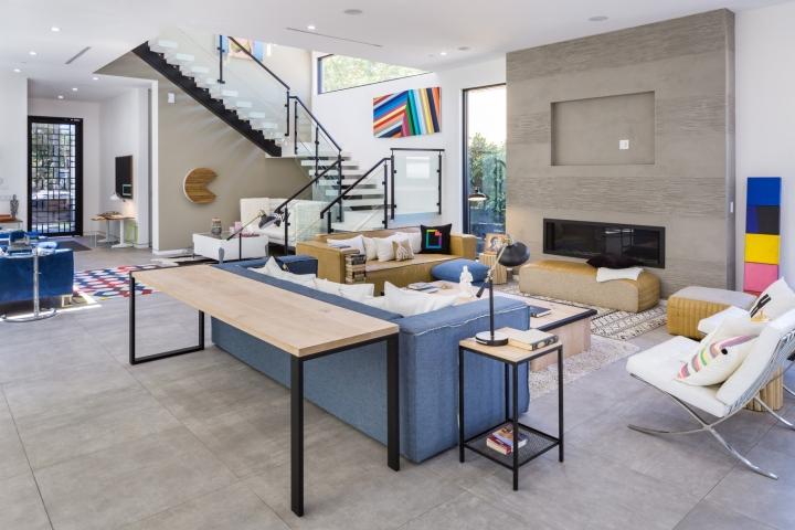 Интерьер временного офиса: аксессуары около диванов