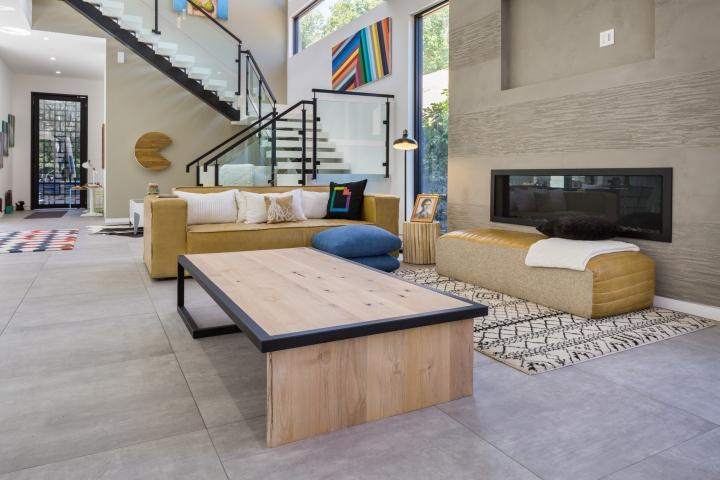 Интерьер временного офиса: невысокий столик для сидения на полу