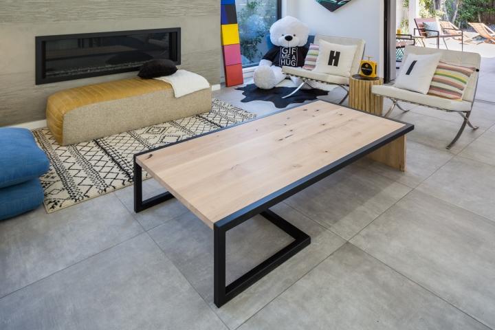 Интерьер временного офиса: оригинальные ножки у стола