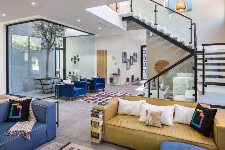 Интерьер временного офиса: разноцветные диваны в гостиной