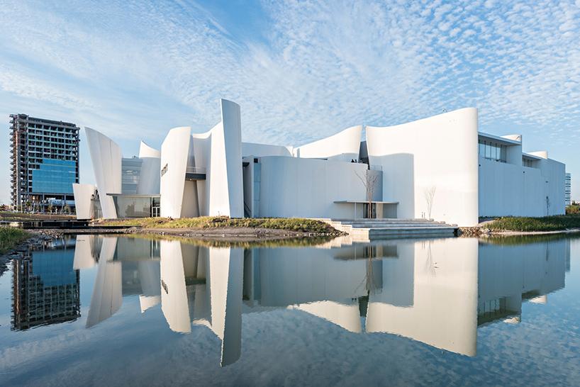 Изогнутые стены в интерьере современных музеев