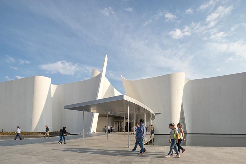 Серый козырёк в интерьере современных музеев