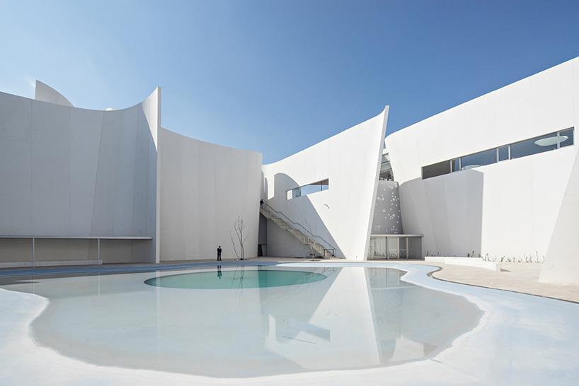 Уютный внутренний двор в интерьере современных музеев
