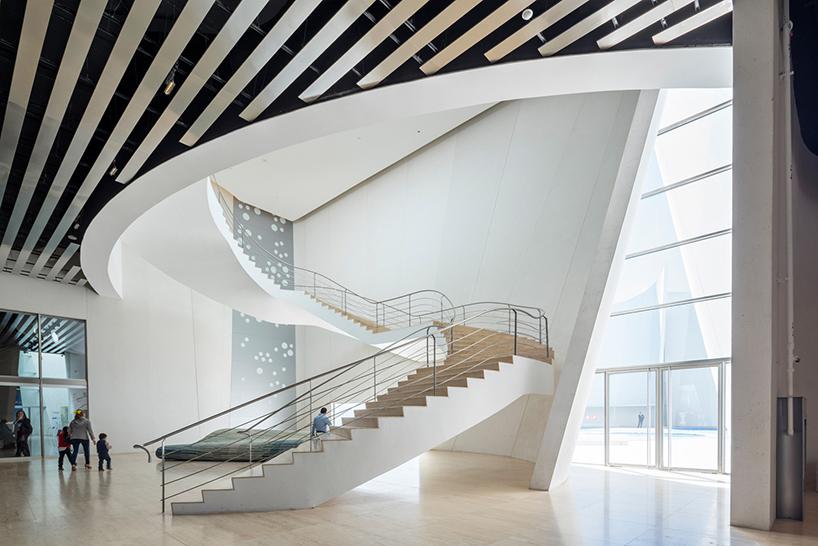 Белая лестница в интерьере современных музеев