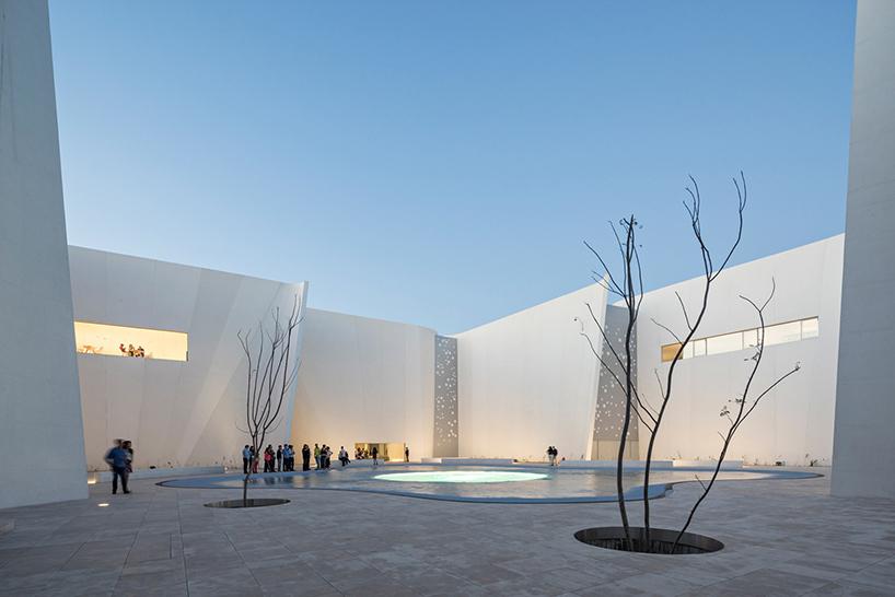 Узкие окна в интерьере современных музеев