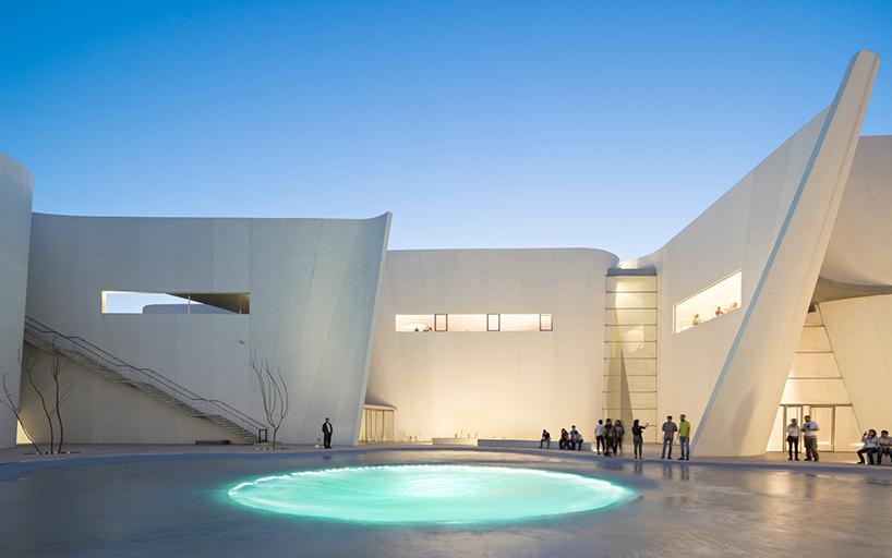 Патио с необычны бассейном в интерьере современных музеев