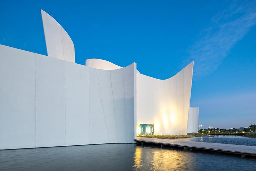Подсветка стены в интерьере современных музеев