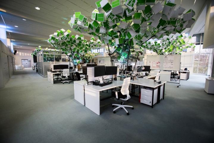 Искусственные деревья в офисе Dynamic commerce - одно из деревьев