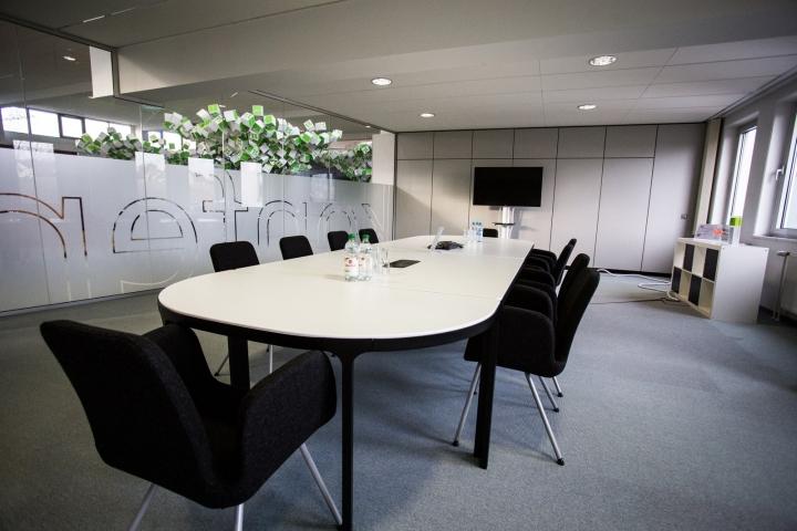 Искусственные деревья в офисе Dynamic commerce - стол для переговоров