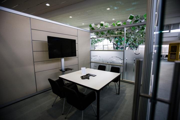 Искусственные деревья в офисе Dynamic commerce - мультимедийная комната
