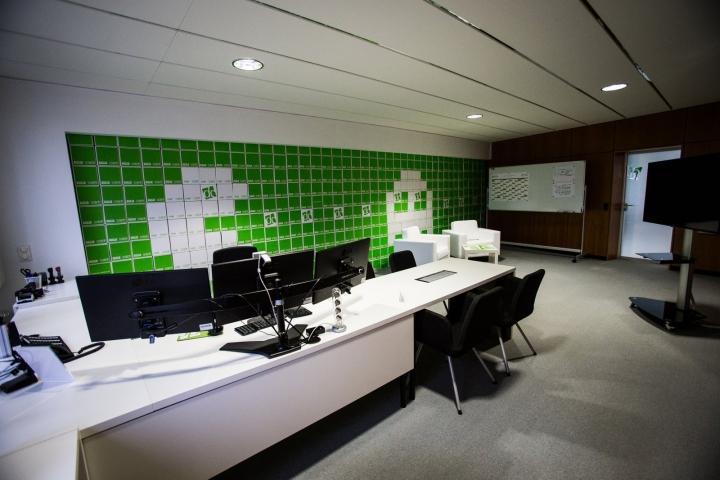 Искусственные деревья в офисе Dynamic commerce - зелёный в интерьере