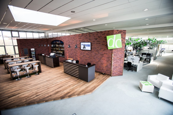 Искусственные деревья в офисе Dynamic commerce - кирпичная стена