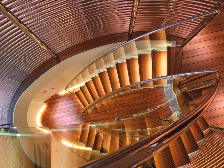 Итальянская яхта Panthalassa - центральная лестница