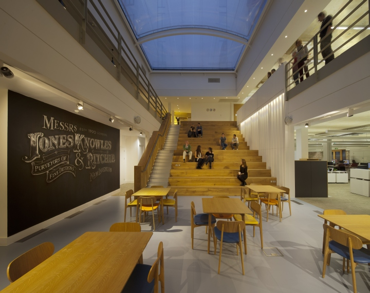 Лестница с подсветкой офиса компании Jones Knowles Ritchie в Великобритании