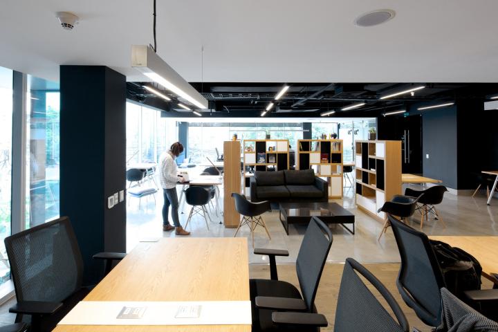 Просторный интерьер в офисе