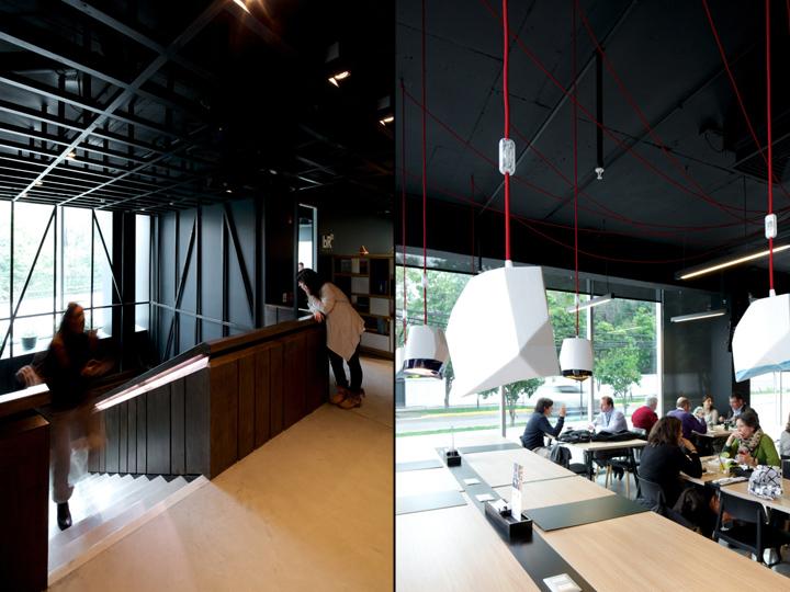 Лестница и геометрические лампы в офисе