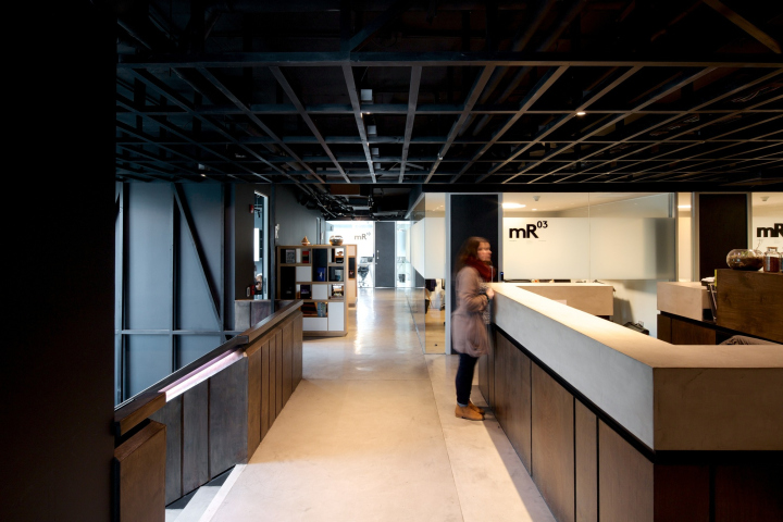 Черный потолок в офисе