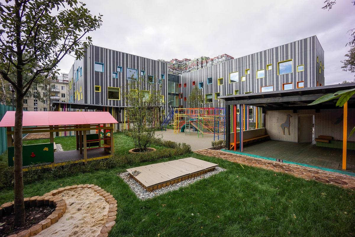 Рисунки мороженого на стенах детского развивающего центра «Пломбир» в России