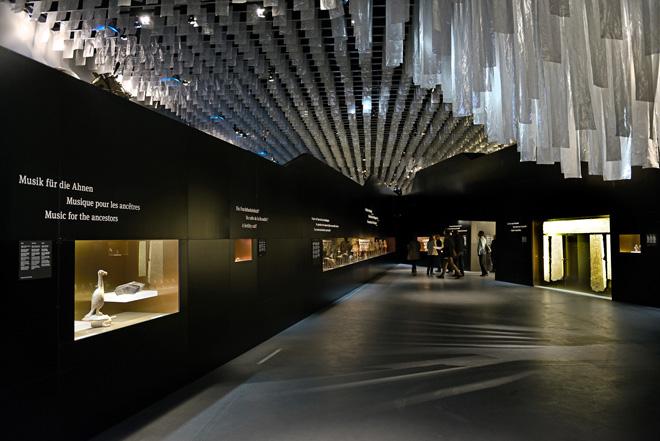 Выставка в историческом музее: освещенные нишы с экспонатами