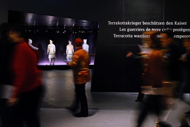 Многочисленные экспонаты на выстовке терракотовых воинов в историческом музее