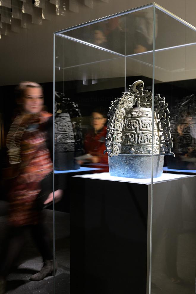 Выставка в историческом музее: колокол в стеклянной витрине