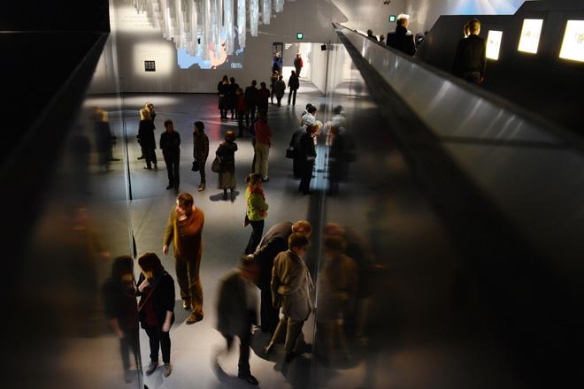 Посетители выставки терракотовых воинов в историческом музее