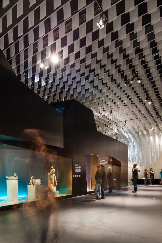 Выставка в историческом музее с потолком из восьми тысяч флагов