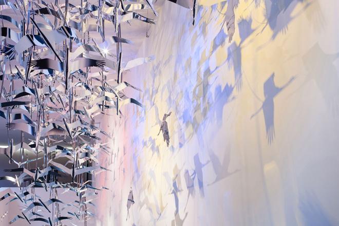 Инсталяция из серебряных журавлей на выставке в историческом музее