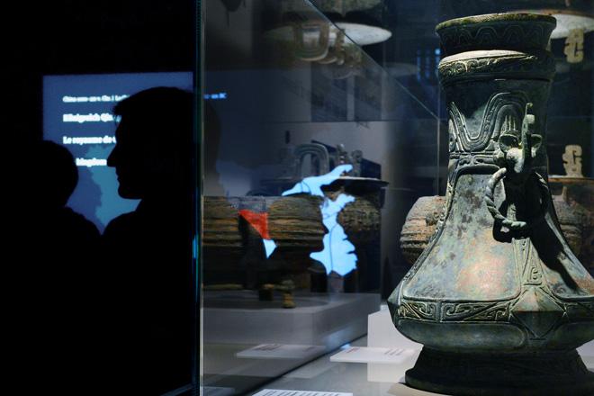 Выставка в историческом музее: старинная ваза времён императора Цинь