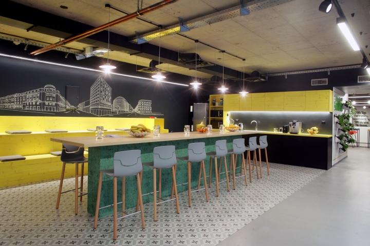 Интерьер офисной кухни в чёрно-жёлтом цвете